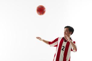 ヘディングを構えるサッカー選手の写真素材 [FYI04666958]