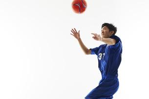 ヘディングを構えるサッカー選手の写真素材 [FYI04666959]