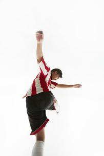 ボールを蹴り足を振りかぶるサッカー選手の写真素材 [FYI04666961]