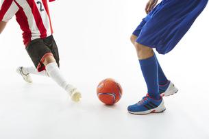 相手のボールをカットするサッカー選手の写真素材 [FYI04666968]
