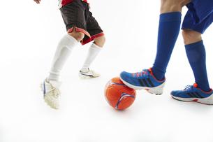 相手のボールをカットするサッカー選手の写真素材 [FYI04666972]