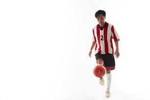 リフティングをするサッカー選手の写真素材 [FYI04666976]