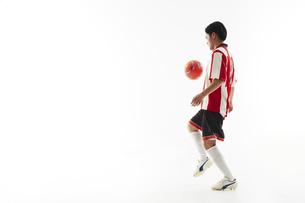 リフティングをするサッカー選手の写真素材 [FYI04666978]
