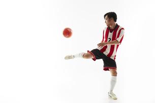 リフティングをするサッカー選手の写真素材 [FYI04666980]