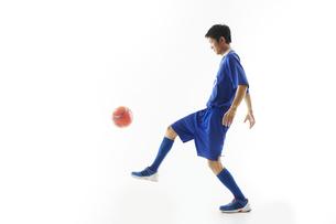 リフティングをするサッカー選手の写真素材 [FYI04666982]