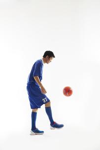 リフティングをするサッカー選手の写真素材 [FYI04666986]