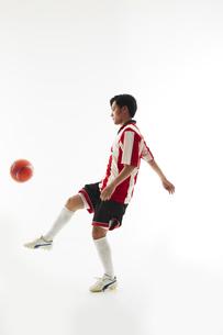 リフティングをするサッカー選手の写真素材 [FYI04666987]