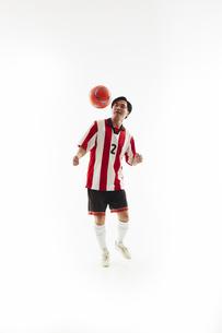 ヘディングをする瞬間のサッカー選手の写真素材 [FYI04666988]