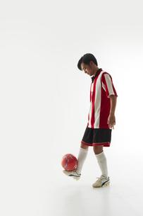 足の甲でボールのバランスをとるサッカー選手の写真素材 [FYI04666993]