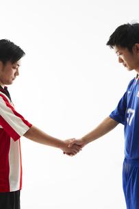 試合前に握手するサッカー選手の写真素材 [FYI04666995]