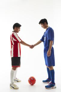 試合前に握手するサッカー選手の写真素材 [FYI04666997]