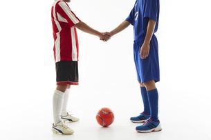 試合前に握手するサッカー選手の写真素材 [FYI04666998]