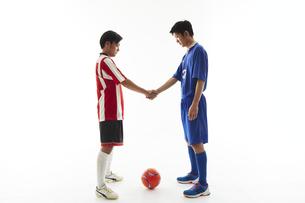 試合前に握手するサッカー選手の写真素材 [FYI04666999]