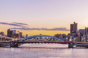 ライトアップの駒形橋と隅田川 東京夕景の写真素材 [FYI04667072]