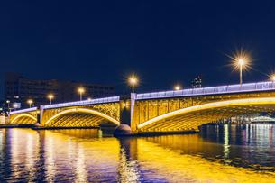 ライトアップの蔵前橋と隅田川 東京夜景の写真素材 [FYI04667084]