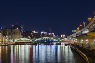 ライトアップの厩橋と隅田川 東京夜景の写真素材 [FYI04667086]