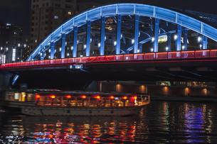 ライトアップの駒形橋と屋形船 東京夜景の写真素材 [FYI04667087]