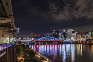 ライトアップの駒形橋と隅田川 東京夜景の写真素材 [FYI04667088]