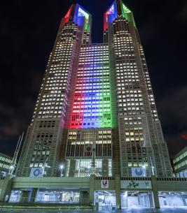 パラリンピックカラーのライトアップの東京都庁の写真素材 [FYI04667095]
