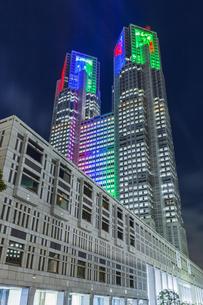 パラリンピックカラーのライトアップの東京都庁の写真素材 [FYI04667097]