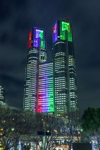 パラリンピックカラーライトアップの東京都庁 東京夜景の写真素材 [FYI04667099]