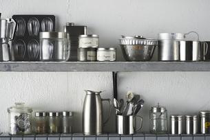 タイルとステンレスのキッチンに置かれたキッチン雑貨の写真素材 [FYI04667138]