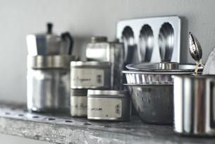 タイルとステンレスのキッチンに置かれたキッチン雑貨の写真素材 [FYI04667146]