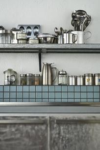 タイルとステンレスのキッチンに置かれたキッチン雑貨の写真素材 [FYI04667147]