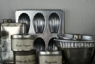 タイルとステンレスのキッチンに置かれたキッチン雑貨の写真素材 [FYI04667148]