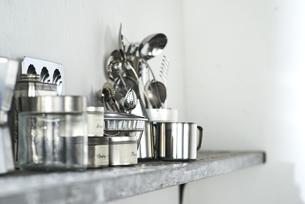 タイルとステンレスのキッチンに置かれたキッチン雑貨の写真素材 [FYI04667149]