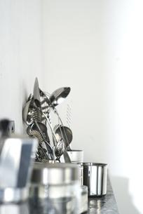 タイルとステンレスのキッチンに置かれたキッチン雑貨の写真素材 [FYI04667150]