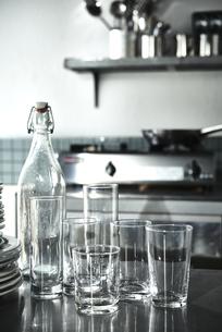 ステンレスの台に乗ったガラスのビンとグラスの写真素材 [FYI04667152]