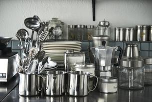 ステンレスキッチンの上のキッチン雑貨の写真素材 [FYI04667154]