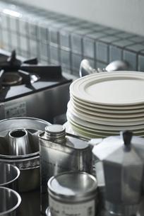 タイルキッチンのガス台とキッチン雑貨の写真素材 [FYI04667156]