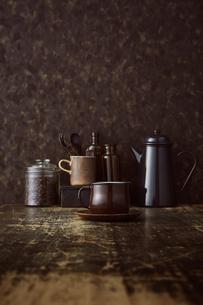 ブラウン系で統一した壁とテーブルとコーヒーセットの写真素材 [FYI04667163]
