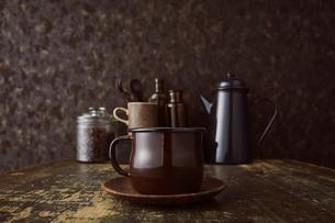ブラウン系で統一した壁とテーブルとコーヒーセットの写真素材 [FYI04667164]