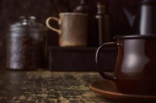 ブラウン系で統一した壁とテーブルとコーヒーセットの写真素材 [FYI04667165]