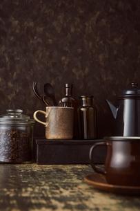 ブラウン系で統一した壁とテーブルとコーヒーセットの写真素材 [FYI04667166]