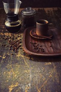 アンティークな木の天板とコーヒーセットの写真素材 [FYI04667168]