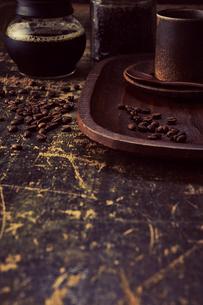 アンティークな木の天板とコーヒーセットの写真素材 [FYI04667169]