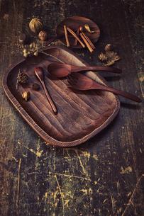 アンティークな木の天板と木製のカトラリーと木の実の写真素材 [FYI04667174]