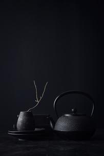 黒で統一した壁と天板と花器と食器の写真素材 [FYI04667175]