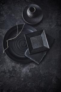 枝と黒で統一した天板と花器と食器の写真素材 [FYI04667177]