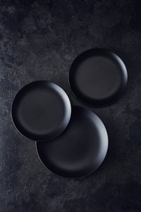 黒い石板調の天板と3枚の黒い皿の写真素材 [FYI04667178]
