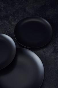 黒い石板調の天板と3枚の黒い皿の写真素材 [FYI04667179]