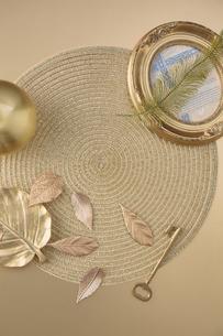 ゴールドで統一されたランチョンマットと小物の写真素材 [FYI04667183]