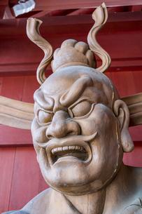 光泉寺山門に立つ仁王像の写真素材 [FYI04667278]
