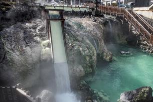 草津温泉湯畑広場の湯滝の写真素材 [FYI04667297]