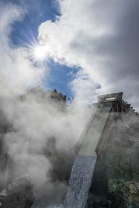 草津温泉湯畑広場の湯滝と太陽の写真素材 [FYI04667302]