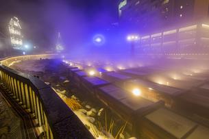 幻想的なライトアップと湯煙に包まれる草津温泉湯畑の写真素材 [FYI04667347]